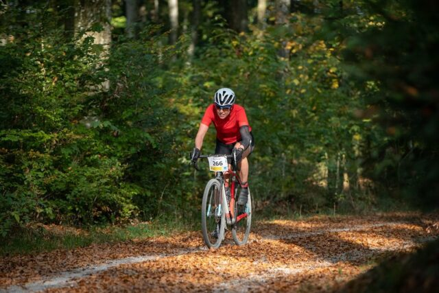 """Into the woods 🌳🌲🍂🍁 Melde dich gleich jetzt für den grössten Schweizer Gravel-Event an. Beim Allianz Gravel Ride und Race Bern habe alle ihr """"Plätzchen"""", ob genussorientiert oder sportlich ambintioniert 😉 Link in unserer Bio!  📸: @buchlifotografie #gravel #ridegravel #gravelrace #gravelride #bern #ekzct #gravelgrinder #gravelgrinding #offroad #outsideisfree #cycling #cyclinglife #cyclinglifestyle #cyclocross #crossiscoming #radquer"""