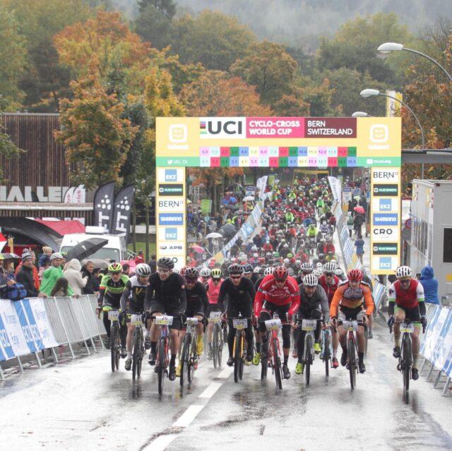 In genau 4 Wochen starten wir in Bern zum dritten Allianz Gravel Ride und Race Bern.  Wir freuen uns, dass sich bereits 100 Startende angemeldet haben.  Bist du auch dabei? Dann melde dich gleich jetzt an! Link in unserer Bio. 📸: @radsportphotonet  #gravel #gravelride #gravelrace #gravelracing #gravelcycling #gravelgrinder #gravellife #cycling #cyclinglife #cyclinglifestyle #bern #allianz #allianzversicherung
