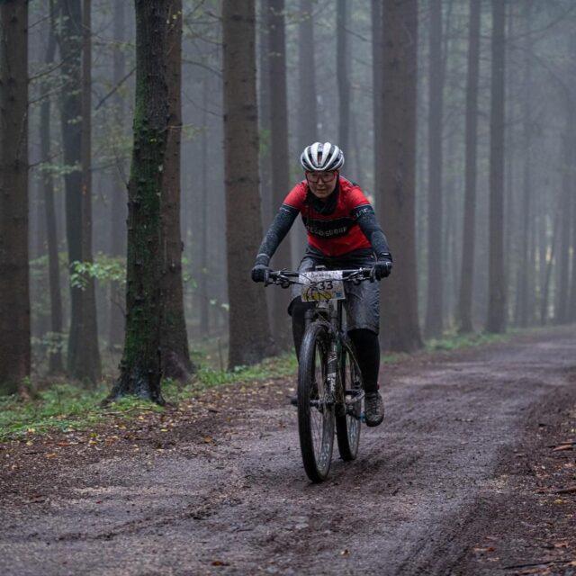 Ob Regen oder Sonne. Ob MTB oder Gravelbike. Ob 20-KM-Ride oder 50-KM-Race.  Der Spass wird gewaltig sein und du solltest das Allianz Gravel Ride und Race Bern auf keinen Fall verpassen.  Mede dich noch heute an: ▶️ www.ridegravel.ch ▶️ /anmeldung 📸: @buchlifotografie