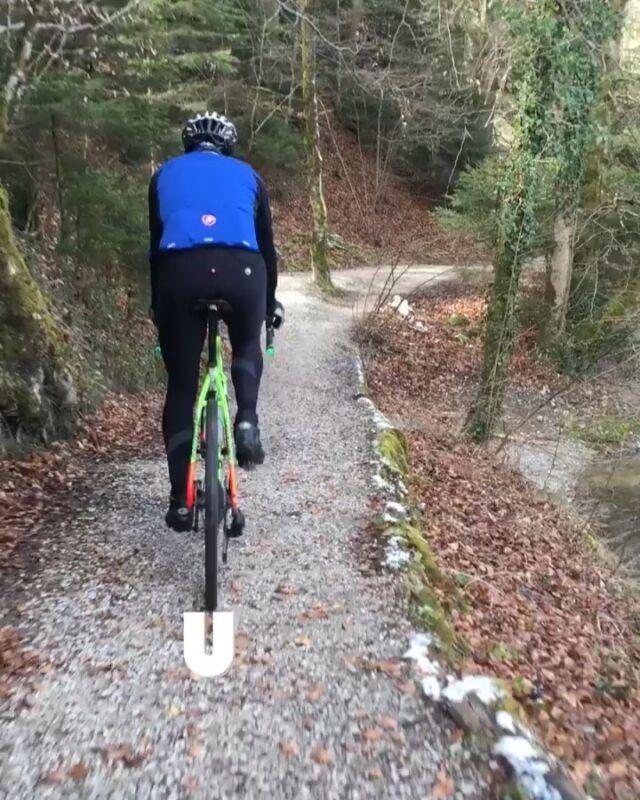 """Egal in welcher Jahreszeit: der Streckenabschnitt dem Gäbelbach entlang ist einer der schönsten und abwechslungsreichsten Teile auf unserer 50-KM-Runde!  Unser Streckenchef Peter """"Basi"""" Basler genoss heute eine gemütliche Gravelrunde dem verspielten Bachbett entlang!  Sowieso, unsere Strecke beinhaltet einen absolut minimalen Anteil an Asphalt und deshalb geben wir uns selber das Prädikat #unpavedapproved 😉 #gravel #gravelracing #gravellove #gravelcycling #gravelgrinder #gravellife #cycling #cyclinglife #cyclinglifestyle #bern #allianz #allianzversicherung"""