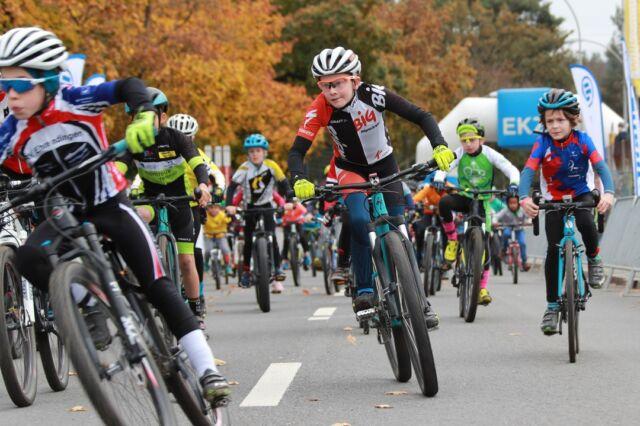 Kinder, Eltern, Gottis, Göttis und Grosseltern AUFGEPASST! 🥳 Am Samstag, 16. Oktober, findet im Rahmen des Allianz Gravel Ride & Race Bern auch wieder ein Kids-Cross statt.  Die ersten Informationen sind auf unserer Website zu finden (Link in der Bio). Das Anmeldeportal öffnet nächsten Monat! 📸: @radsportphotonet #kidscross #gravel #gravelracing #gravellove #gravelcycling #gravelgrinder #gravellife #unpavedapproved #cycling #cyclinglife #cyclinglifestyle #bern #allianz #allianzversicherung