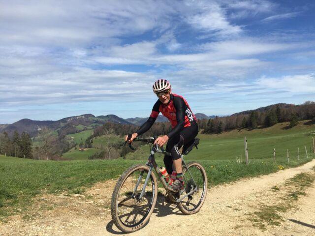 Die beiden Initiatoren des Berner Gravel Ride & Race, Peter Basler und Christian Rocha (@cro_crossroads), holten sich am Weekend Gravelinspiration im Aargauer, Basler und Solothurner Jura! 😍 Natur pur, Panoramablicke, gutes Wetter, viele Höhenmeter, knackige Anstiege und ein wenig brennende Beine! 😁 Was stand bei dir auf den Gravel-Programm dieses Weekend?  #gravel #gravellove #jura #aargau #baselland #solothurn #gravelgrinder #cyclinglife