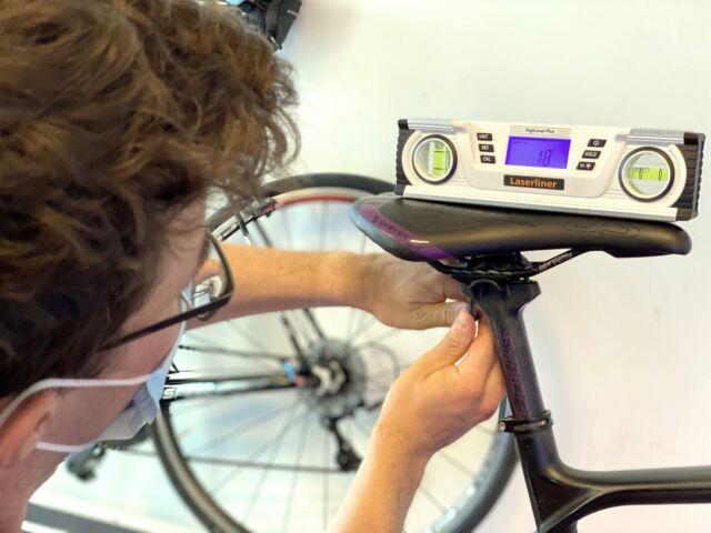 """Schon kleine Details können beim Bikefitting einen grossen Komfort Unterschied machen. Passen die verschiedenen Einstellungsmöglichkeiten am Velo optimal zu dir? Kontaktiere bei Verunsicherung die @swiss_sportclinic. Unser Bikefitting-Partner berät dich gerne und kompetent!"""" #bikefitting #swisssportclinic #cycling #partner"""